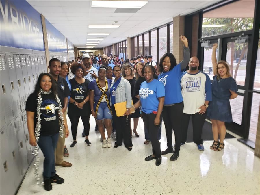Willowridge alumni welcome students on first day of school
