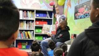 Former NFL player Wade Smith stops by Mission Bend Elementary to dedicate reading program to school (12/7/2018)
